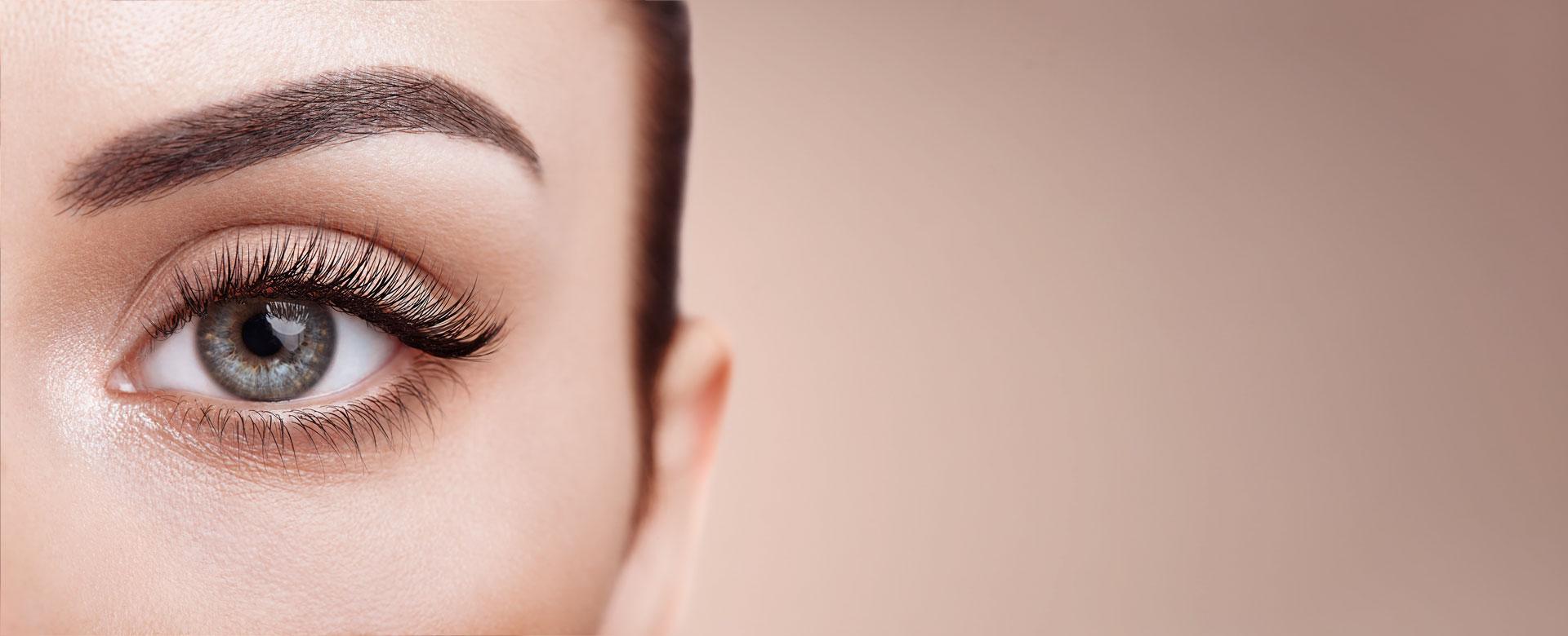 female-eye-with-long-false-eyelashes-RK44MKR
